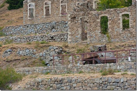 Cabanne Vieilles - carro armato Stuart davanti ai resti di edifici militari