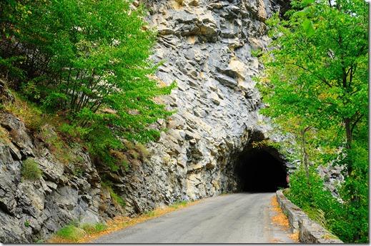 Tunnel nella roccia sulla strada che sale al Col di Turini