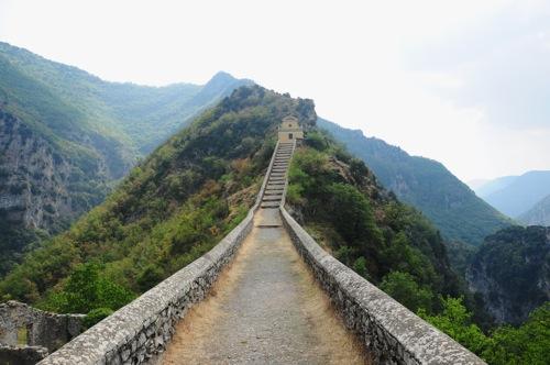 Il ponte che sale sullo spuntone di roccia